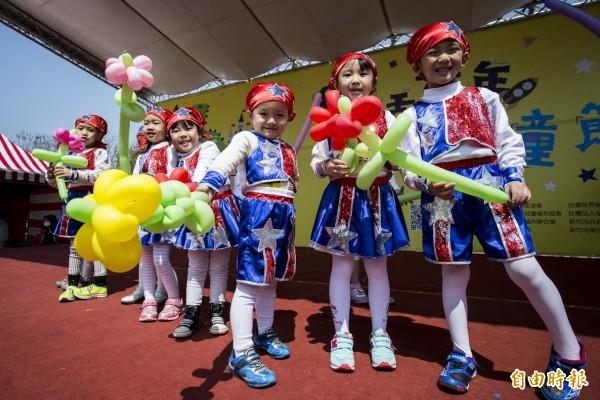 新竹市的小朋友們高興地宣示「兒童權利」。(記者蔡彰盛攝)
