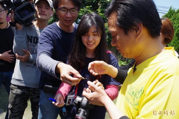 林內鄉長張維崢(右一)標記紫斑蝶,協助解開紫斑蝶生態之秘。(記者林國賢攝)