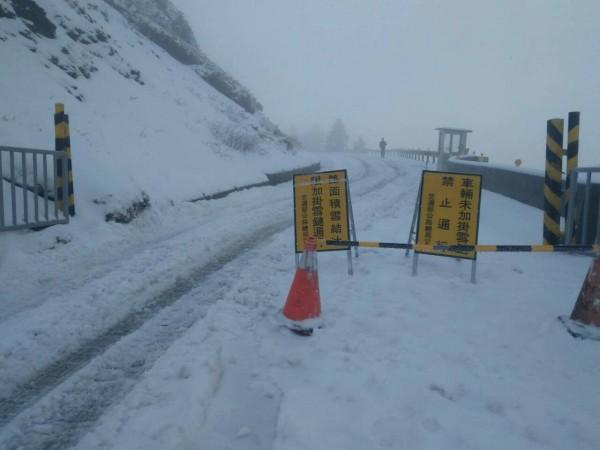 合歡山積雪,公路總局今晚7時至明天(27日)上午7時,封閉台14甲線翠峰至大禹嶺雙向路段。(仁愛分局提供)