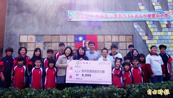 校方也將校慶園遊會所得9999元,捐贈廣愛教養院。(記者彭健禮攝)