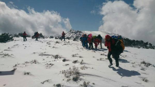 登山隊在山區受困多日,空勤直升機抵達後緊急將一行人載運下山。(記者劉濱銓翻攝)