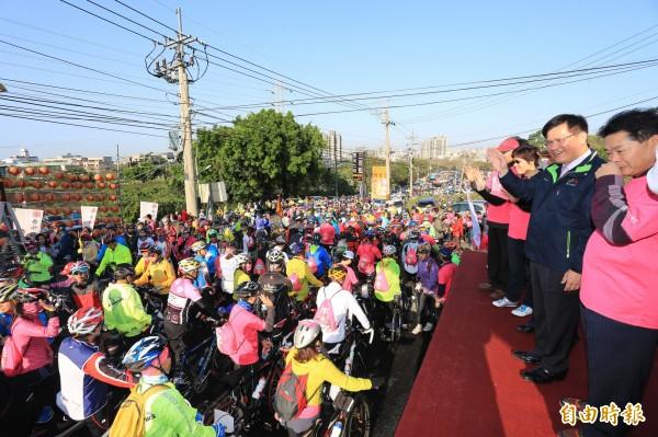 市長林佳龍在台上鳴笛,目送台下民眾騎單車從萬聖宮出發。(記者蔡淑媛攝)