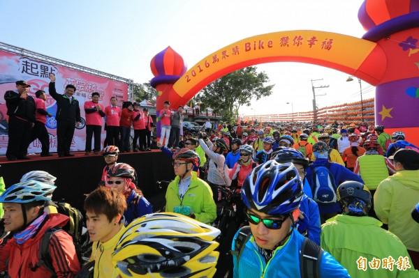 市長林佳龍今早在台上鳴笛,一身西裝皮鞋目送台下民眾騎單車從萬聖宮出發。(記者蔡淑媛攝)