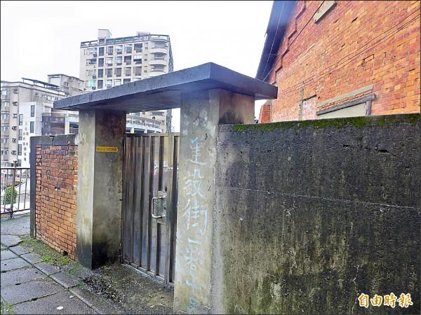 滬尾小學校禮堂位於建設街。 (記者李雅雯攝)