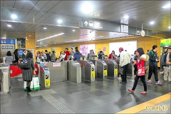 台北捷運去年開放一卡通使用,高雄捷運建置多卡通系統,悠遊卡公司攤提費用經談判調降。(記者郭逸攝)
