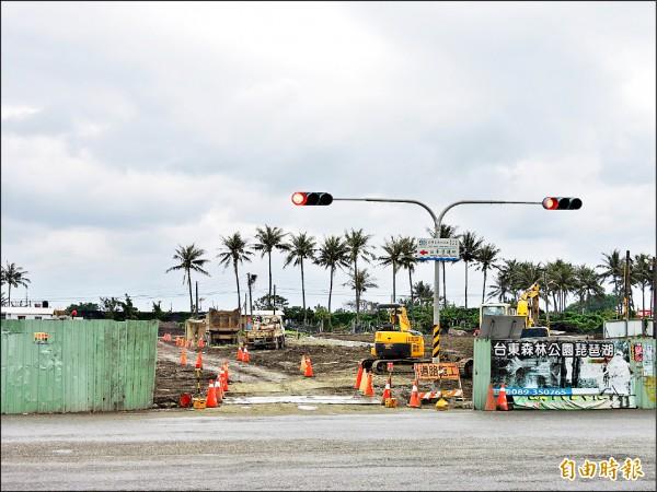 四維路往海邊延伸的新路正在施工。(記者張存薇攝)