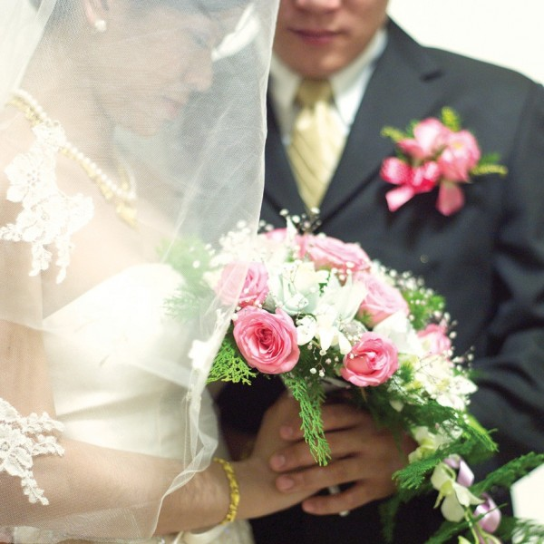 李妻稱,宴客是為讓王男高齡90多歲的祖父,以為李男已成家立業,得以安享天年,兩人並未辦理結婚登記,主張婚姻無效。(情境照)