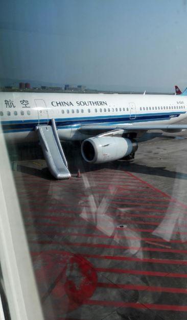 一名女性乘客誤將機艙門當作廁所門,導致逃生梯彈出、班機延誤。(圖擷取自微博)