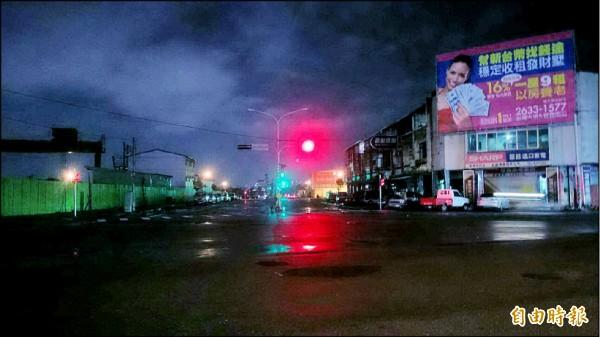 西屯港尾里經貿七路的路燈時常不亮,引發里民反彈。(記者蘇金鳳攝)