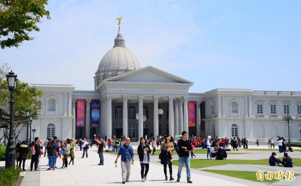 台南人帶路參觀奇美博物館的專案,迴響熱烈,卻引發外縣市民眾以為「免預約等於免購票」的誤會。(記者吳俊鋒攝)