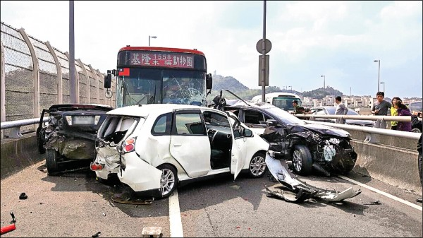 客運司機將3輛車撞得扭曲變形。(記者吳政峰翻攝)