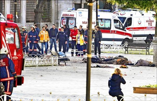 土耳其伊斯坦堡市中心觀光景點於今年一月曾遭恐怖攻擊,造成包括外籍人士在內的10人死亡。圖為救援小組在爆炸現場附近集結,罹難者遺體則仍橫陳地上。(資料照,路透)