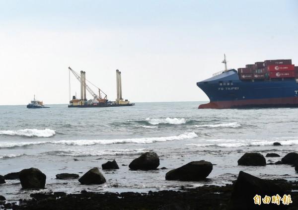 石門海域「德翔台北」貨船擱淺,27日工作船在旁待命,等候時機進行抽油等作業。(記者方賓照攝)