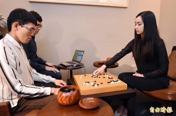 台灣圍棋棋士黑嘉嘉(右)今和人工智慧「CGI Go Intelligence」(左)進行對弈。(記者廖振輝攝)