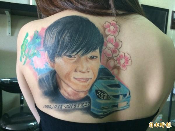 「米米」背後刺青留下男友的肖像,對於刺青成果,她表示「真的很像」。(記者李容萍攝)