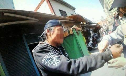 周姓縱火犯遭逮捕。(記者方志賢翻攝)