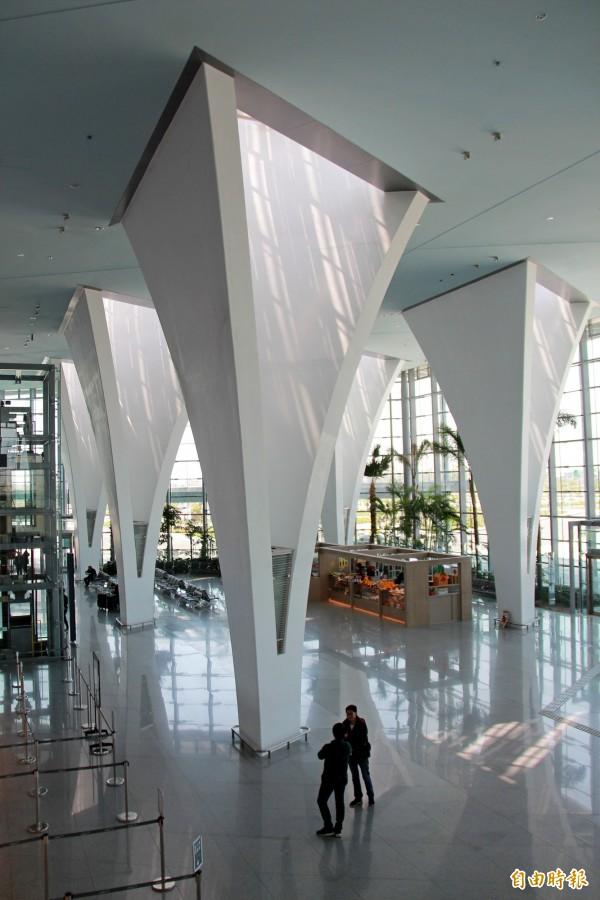 高鐵彰化站的造型花柱,隨著時間,投射造型有所不同,格菱狀像向日葵。(記者陳冠備攝)