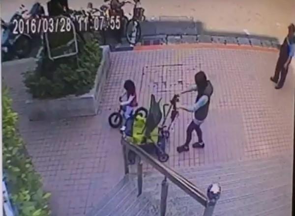 劉小妹最後身影曝光,她與媽媽和樂融融步出家門被住處社區監視器拍下。(記者徐聖倫翻攝)