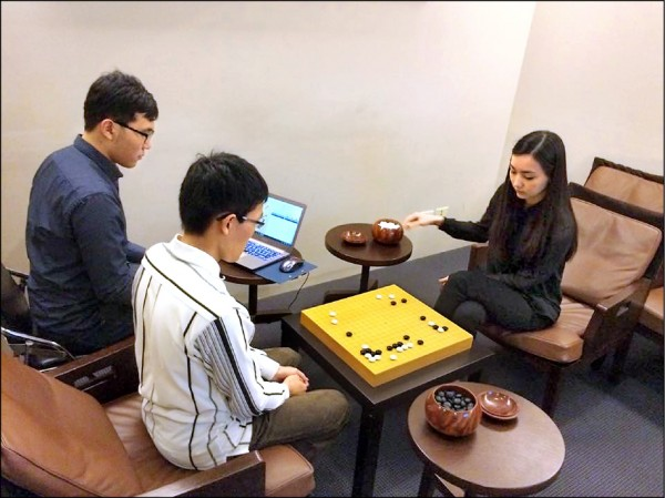 黑嘉嘉(右)贏了有「台版AlphaGo」之稱的CGI圍棋程式。(碁人講堂提供)
