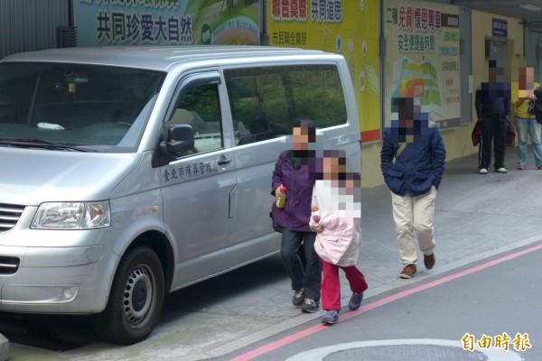 劉小妹家屬帶劉家的大女兒前來殯儀館。(記者王冠仁攝)