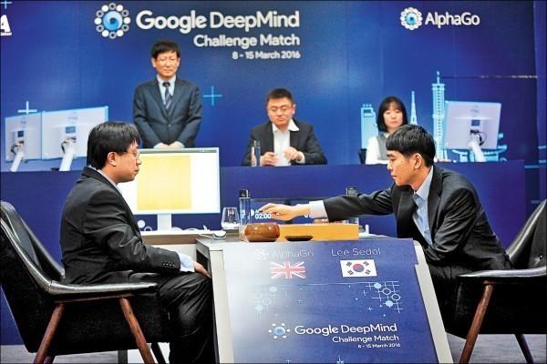 日前Google人工智慧程式AlphaGo以4勝1負擊敗南韓圍棋高手李世石,引發全球輿論熱議。(路透)