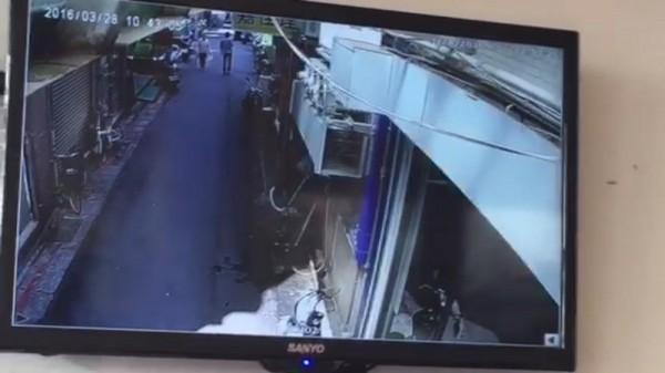 根據店家提供的監視器畫面,兇嫌曾一度在巷內與老婦人擦身而過。(記者錢利忠翻攝)