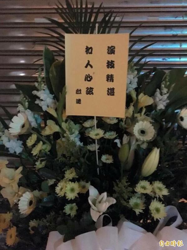 收到兩盆白花,桃園市議員王浩宇要轉送給內湖女童「小燈泡」。(記者李容萍攝)