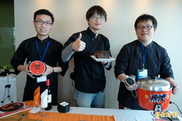 KitchBot團隊是由朱鴻宇(左起)、盧毅鴻、楊仕凡、與三位喜愛美食的工程師組成,目的是透過KitchBot控溫器與感應器,讓傳統電鍋可以循完美加熱曲線加熱,輕鬆煮出美味料理。(記者陳炳宏攝)