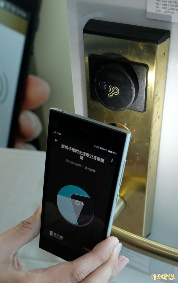 客來喜針對飯店設計的iLocky智慧門鎖,採用Beacon技術,透過手機閃光照明,即可喚醒門鎖進行手機開鎖。(記者陳炳宏攝)