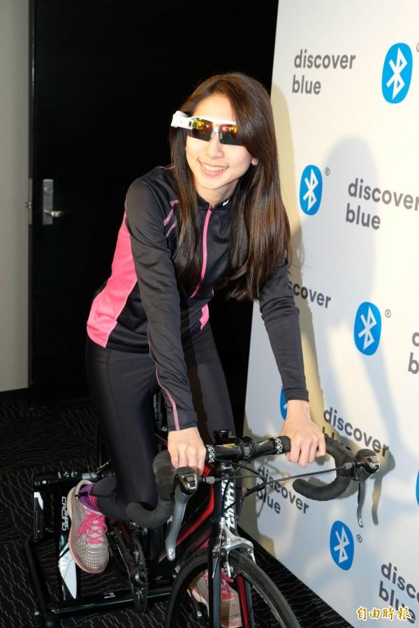 ChaseWind就展示自行車抬頭顯示器(HUD),可顯示各種感應器資訊,甚至電話來電或LINE等訊息,都可顯示。(記者陳炳宏攝)