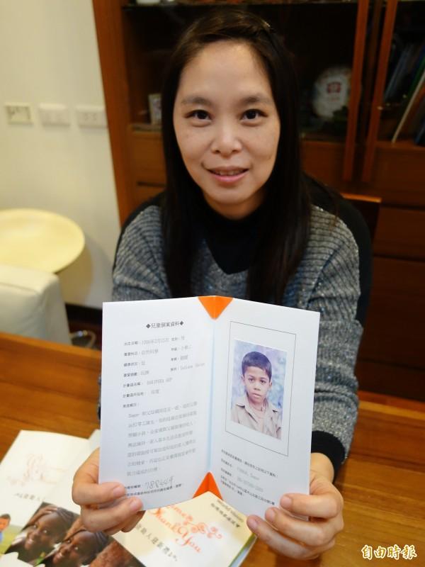 桃園高中老師陳士芸,十一年來參加台灣世界展望會資助貧童活動。(記者謝武雄攝)