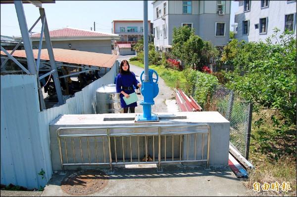 位在麻豆南勢里麻豆(支線)水圳西側的水閘門,居民質疑設置不對,擔心導致水患。(記者楊金城攝)