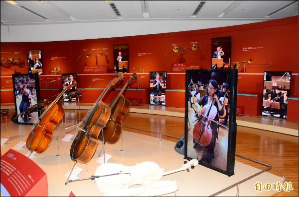 奇美博物館結合同步影音播放,營造出交響樂演奏的擬真氛圍。(記者吳俊鋒攝)