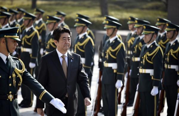 日本於今日凌晨零時開始實施新安保法,解禁日本歷屆政府基於《憲法》第九條不允許行使的集體自衛權,安倍政府主張安保法的實施能夠使日美同盟得以鞏固。(歐新社)