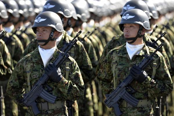 日本新安保法今日上路,根據日本媒體民調有35%民眾認為應該廢除,認為不該廢除的有43%。(歐新社)