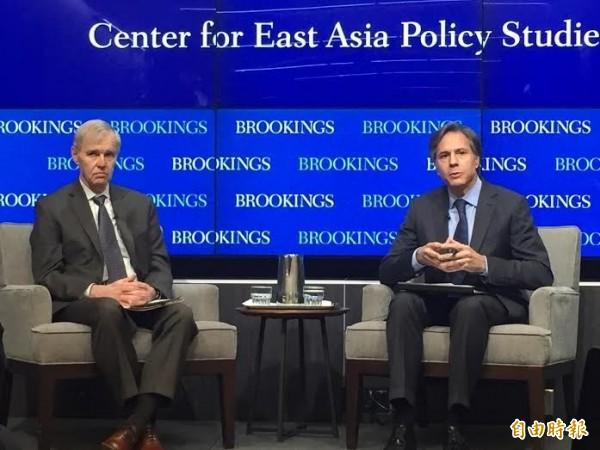 美國副國務卿布林肯(右)今天在布魯金斯研究所公開讚揚台灣民主。(記者曹郁芬攝)