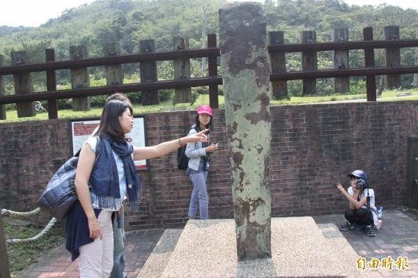 藤山有香(左)一家造訪貢寮吉次茂七郎紀念碑,緬懷曾祖父當年開鑿隧道的艱辛。(記者林欣漢攝)