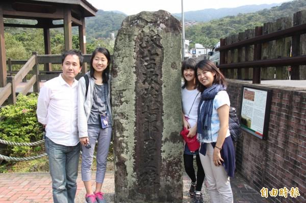 藤山晃治與玲依、凜步及有香(由左至右)一家造訪吉次茂七郎紀念碑。(記者林欣漢攝)