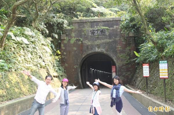 藤山有香一家造訪舊草嶺隧道。(記者林欣漢攝)