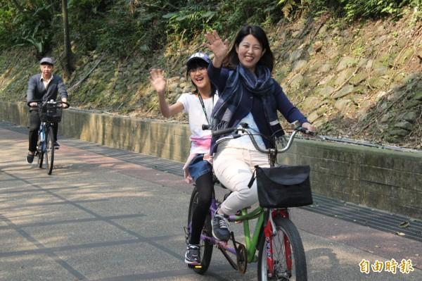 藤山有香載女兒凜步騎協力車遊覽舊草嶺隧道。(記者林欣漢攝)