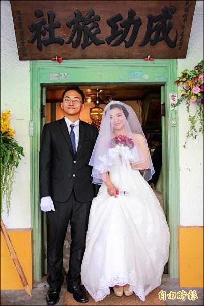 成功旅社重返50年代榮景,舉辦 娶親儀式。 (記者陳冠備攝)