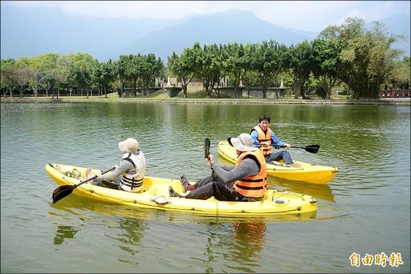 關山在地民宿業者嘗試以無機械動力的獨木舟,帶民眾一覽關山親水公園內的生態美景。(記者王秀亭攝)