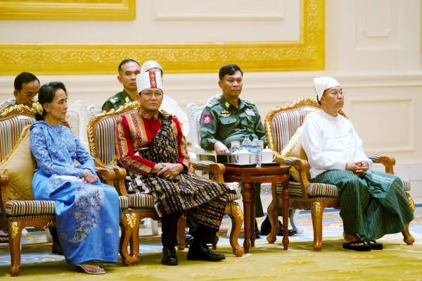 翁山蘇姬和兩位副總統一起坐在第一排觀看廷覺宣誓。(路透)