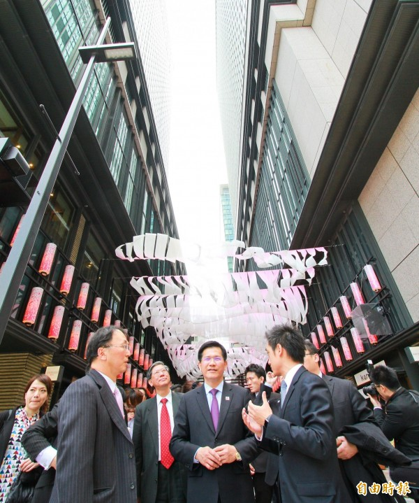 林佳龍等人參觀日本橋地區,瞭解三井集團於當地推動都市更新的成功經驗。(記者黃鐘山攝)