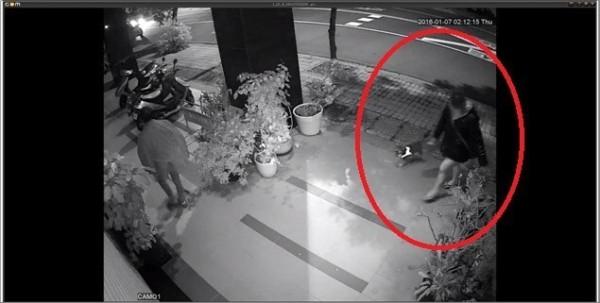 男女佯裝遛狗涉嫌偷竊機車,邊遛狗找尋下手目標。(記者黃良傑翻攝)