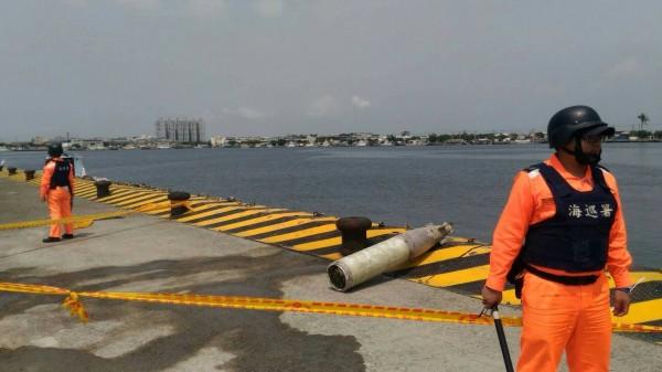 茄萣漁民今天上午在興達漁港外海作業時,意外撈獲1枚未爆空用魚雷。(記者蘇福男翻攝)
