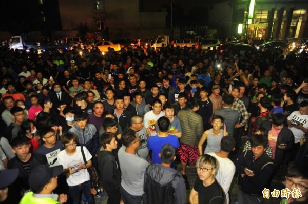 由於爆料公社未求證爆料,導致一群黑衣人誤以為府城又傳割喉事件,聚集在派出所外,想找嫌犯麻煩,拖累警方偵辦速度。(記者王捷攝)