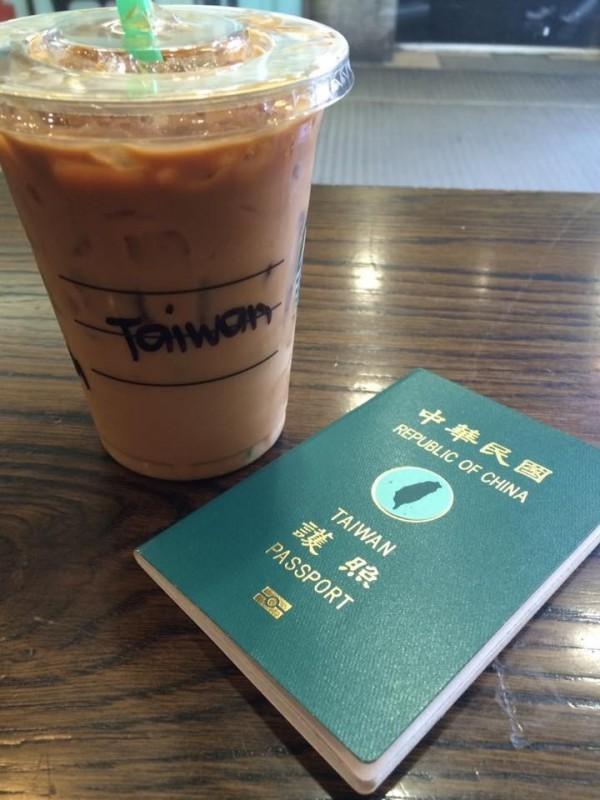 有民眾表示,駐英代表處人員揚言要沒收她的護照,除非她把封面的貼紙撕掉。(圖擷自台灣人在歐洲 Taiwanese in Europe臉書社團)
