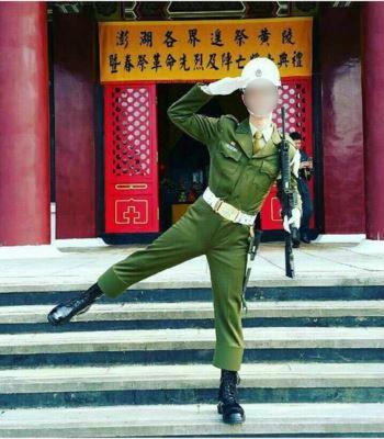 澎湖防衛指揮部一名憲兵被爆在革命先烈和陣亡將士的紀念牌位前,持槍模仿李蒨蓉「阿帕契pose」拍照,引發外界抨擊。(圖擷自instagram)