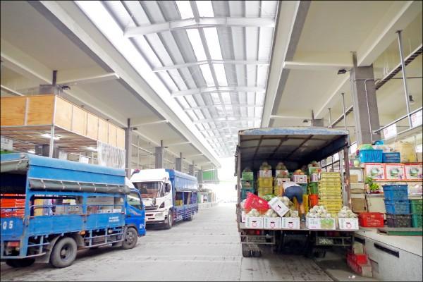 嘉義市果菜市場中間車道鋪設地磚,被民眾抨擊設計不良、凹凸不平。(記者王善嬿攝)